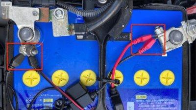 バッテリーにBATTERY SENSEと付属のコンフォートコネクションリードを取り付けた状態