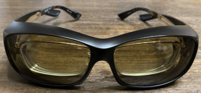 DRIVEWEARが入ったオーバーグラスに眼鏡を入れた状態