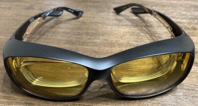 遮光レンズが入ったオーバーグラスに眼鏡を入れた状態
