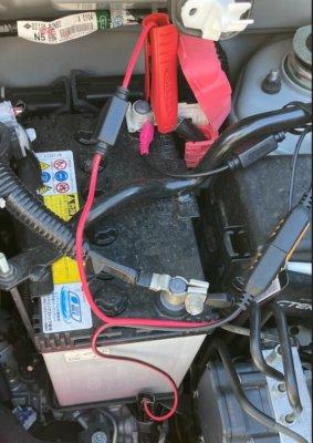 バッテリークランプを+をバッテリー、ーを塗装されていないネジに接続した状態